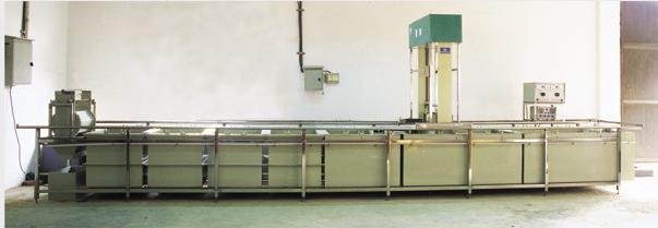 化学镀技术是在金属的催化作用下,通过可控制的氧化还原反应产生金属的沉积过程。与电镀相比,化学镀技术具有镀层均匀、针孔小、不需直流电源设备 、能在非导体上沉积和具有某些特殊性能等特点。另外,由于化学镀