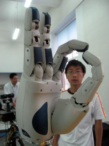 """6月26日,机器人灵巧手按照指令摆出""""OK""""手势。近日,由哈尔滨工业大学机器人研究所与德国宇航中心合作开发的具有多种传感功能的新一代机器人灵巧手在哈尔滨问世。该机器人灵巧手有4个手指,表面的电子元器件有1600多"""