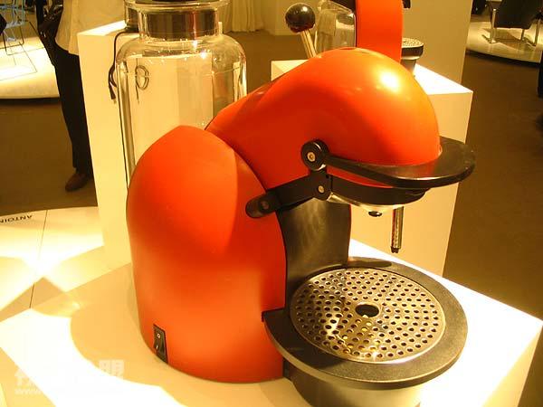 """""""今日瑞士设计""""展2006年9月16日在北京今日美术馆开始维斯·贝哈具有民族特点的设计 nespresso系列咖啡机斯沃琪表的展柜续:""""今日瑞士设计""""展拾影(2)"""