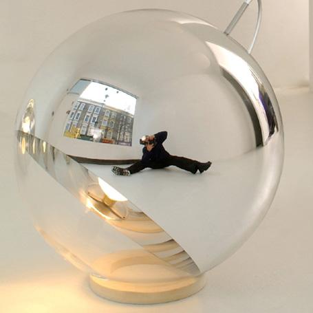 Tom Dixon是由英国设计师Tom Dixon和David Begg在2002年成立的。镜球系列灯具果盘