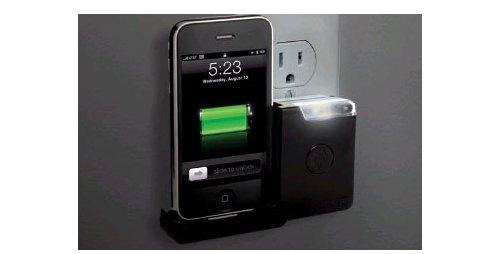 """我们曾经为大家介绍过一款可以托起掌上设备的""""小巧的充电伴侣"""",而如今这种结构被直接制作成了iPhone充电器。你可以直接将iPhone插在上面,从而免去了繁杂电线带来的烦恼。另外,为了物尽其用,它上面还整合了一个小夜灯,可"""