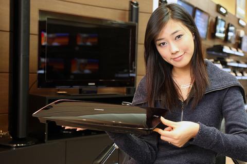 除了全球最薄的液晶电视之外,三星还将在CES 2009上发布一款全球最薄的蓝光播放器。该产品仅厚39毫米。以上为三星发布的官方图片。