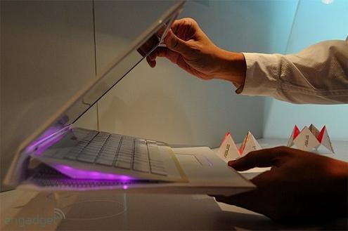 这款名为Fold/Unfold(折叠/展开)的华硕概念笔记本最早在CES 2009上展出,它以超薄的设计和酷似文件夹的机身而吸引了众多眼球。但这在当时只是一个原型产品。如今,华硕表示,该产品将于今年9月到10月间出货,上市价格约为1000