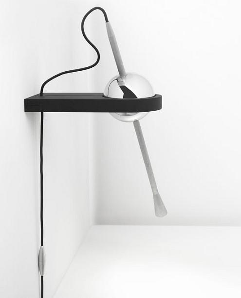这款壁灯采用了非常独特的球形基座,通过卡口固定在墙上,使得其旋转更加随意。另外,它的灯体也采用了长条的造型,通过长条一头的灯泡来发光,不仅给外观增加了一丝点缀,也更方便调节光照的方向。