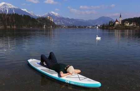 Sipaboard号称世界上第一块自充气式桨叶冲浪板,其内置的螺旋桨即可推进着冲浪板前行又可当做气泵,仅需5-6分钟的热身时间就能完成各项设置。内置充电电池允许最大航行速度3节,但只能坚持1小时,