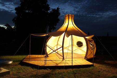 这套洋葱帐篷虽然有那么一些类似蒙古包,但要比蒙古包更富变化性和空间扩展性。一个标准帐篷内部直径为3米,顶棚高2.4,有两枚侧翼可以撑起形成遮阳蓬,与卷起的门帘、舷窗,共同形成半开放的休闲空间。从扁平封装到搭建完毕,两