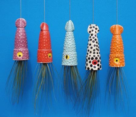 设计师用章鱼、乌贼、水母等这些长足水下动物制作了一系列吊盆来装饰适合悬空生长的小植物