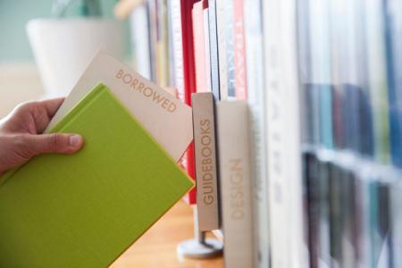 """这套木板书签拥有千奇百怪的分类名称,比如""""要卖的""""、""""待还的""""、""""值得再次一看的""""等等,可帮助你轻松打理杂乱放置的书架,将其分门别类,创造类似图书馆的浏览效果哦。购买"""