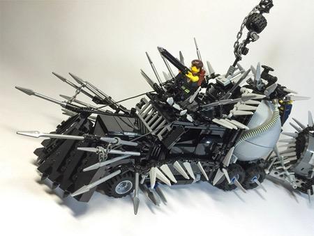 Mad Max: Fury Road(《疯狂的麦克斯:狂暴之路》)刚刚上映,LEGO爱好者们就建造出了电影专属LEGO汽车套装,十分逼真的还原了电影中那夸张癫狂的汽车设计,如果你有新的想法也可以创造比他们更疯狂的战车哦!