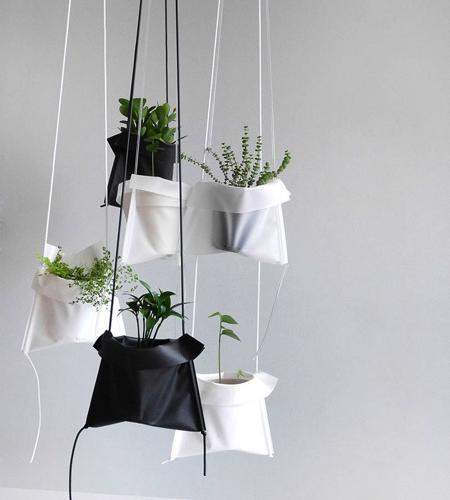 盆栽植物不一定非要放在某个架子上才好看, Pot Cradle吊袋方便你随时随地将盆栽吊挂起来,不管是挂在门把手上还是天花板下都可能是家里新的人造景观哦。设计: HEAN