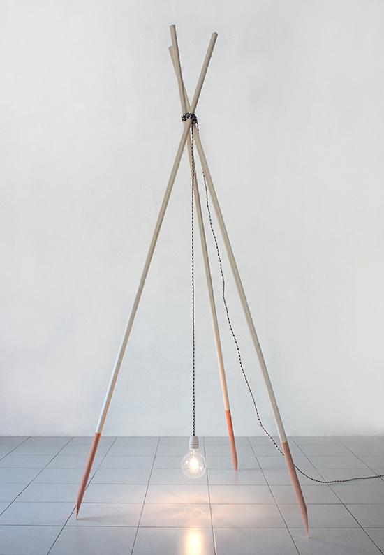 三支木棍架起来便可用,这总是会让人联想到太古时代篝火方式,设计师Célia Picard 和 Hannes Schreckensberger 的篝火灯灵感就是来源于此。虽说电线的材质特意用了特别的纹路质感,对我个人来说,线长裸露在外总是让人不