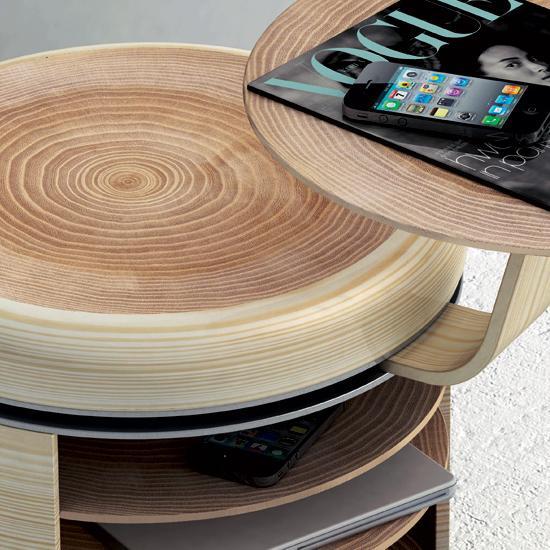 "Tandem是由Geoffrey Graven设计的一个储物小空间,一个座位一个边桌,下面是杂物橱,可以放书籍和手机。小桌可以旋转360度,随意的摆放。白橡木材料,""年轮""式的图案会使你觉得这就是一棵大树的树干被掏空一样,更显精致感。"