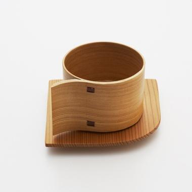 """仍然是日本设计师桥本夕紀夫的作品,从杯子的上方看和""""α""""很像,故称为α杯,杯子的造型非常流畅,传统材料的温暖,又不失现代工艺的精细,形式与功能的巧妙融合。"""