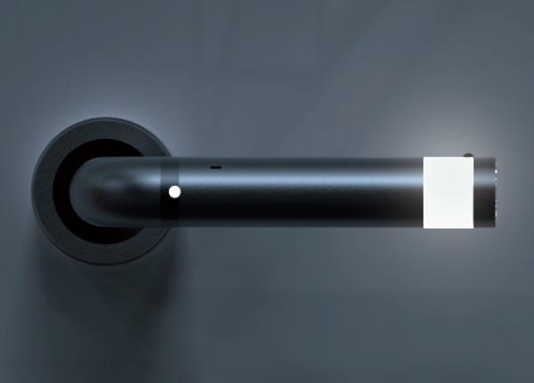 设计师Kun-hee Kim, Kei Shimizu & Nguyen-vu Dang将LED应急手电筒整合到门把手中,采用锂电池供电,一端采用感光控制,黑暗中会点亮起指引作用。在遇到突发灾害安全事件和停电时,快速拆卸下来就变成应急的LED手电筒,方便随