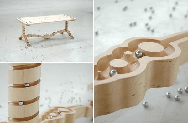 """由荷兰Ontwerpduo品牌设计师Nathan Wierink和Tineke Beunders设计的创意餐桌""""Marbelous"""",整体全木质结构,桌子上布满了曲折的轨道,可以放置小弹珠,这些小弹珠可沿着轨道一直滚到地面,很是欢乐,这样让进餐也变得轻松有趣了"""