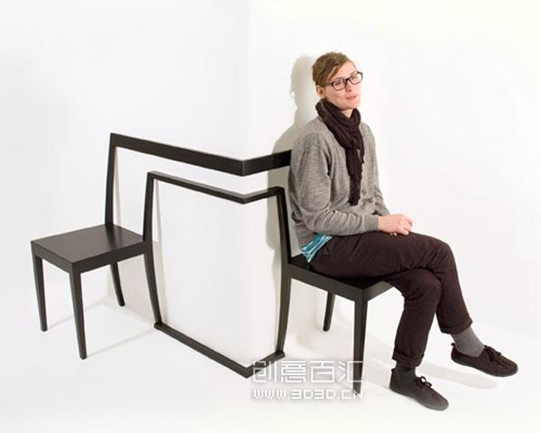 设计师Anton Björsig 为拐角塑造的椅子,两把椅子连体,却不在一条直线上,采用转角将椅子分开,成90度。存储、搬运和摆放的局限性,可以肯定它不是最实用的椅子,但是是一个有趣的设计,意外中的转角会带来惊喜。