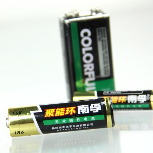 大家注意到,(平头)字样,指的是电池正极是平的,没有突起,使用做电池组点焊使用的电池芯,一般同等型号尖头的(可以用作单体电池供电的),在高度上就多了0.5mm。