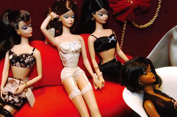"""从最初绑着马尾辫、身穿黑白斑马纹泳装的青涩女孩,到如今风情万种的""""千面女郎"""",芭比赢得了无数女孩的芳心。现在每秒钟就有3个芭比娃娃在世界的某一个角落售出。 <br />"""