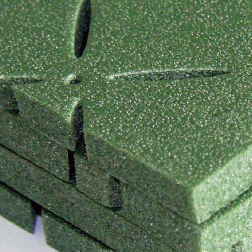 合成材料是由两种或两种以上的物质复合而成并具有某些综合性能的材料。它分为结构复合材料和功能复合材料两类。复合材料是随着材料科学技术进步而发展起来的一种新兴材料。如工程塑料中的增强塑料,就是用玻璃纤维或碳纤维、石墨纤维、硼纤维、氧化铝等作增强剂与塑料复合而成的复合材料。这种复合材料具有质轻、强度高、耐磨等优点。复合材料是一种很有前途的新兴材料,广泛地用于航空、宇航、化工、造船、汽车、电气制造等行业。